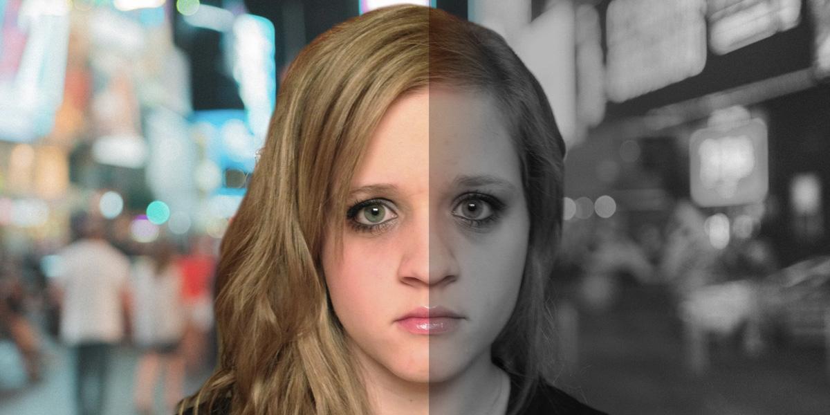 La cara de una mujer dividida, un lado en color y el otro en blanco y negro