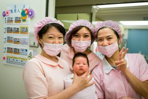 Enfermeras con un bebé recien nacido