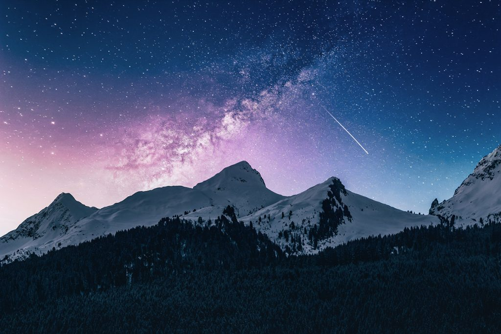Cielo de noche con estrellas y montañas
