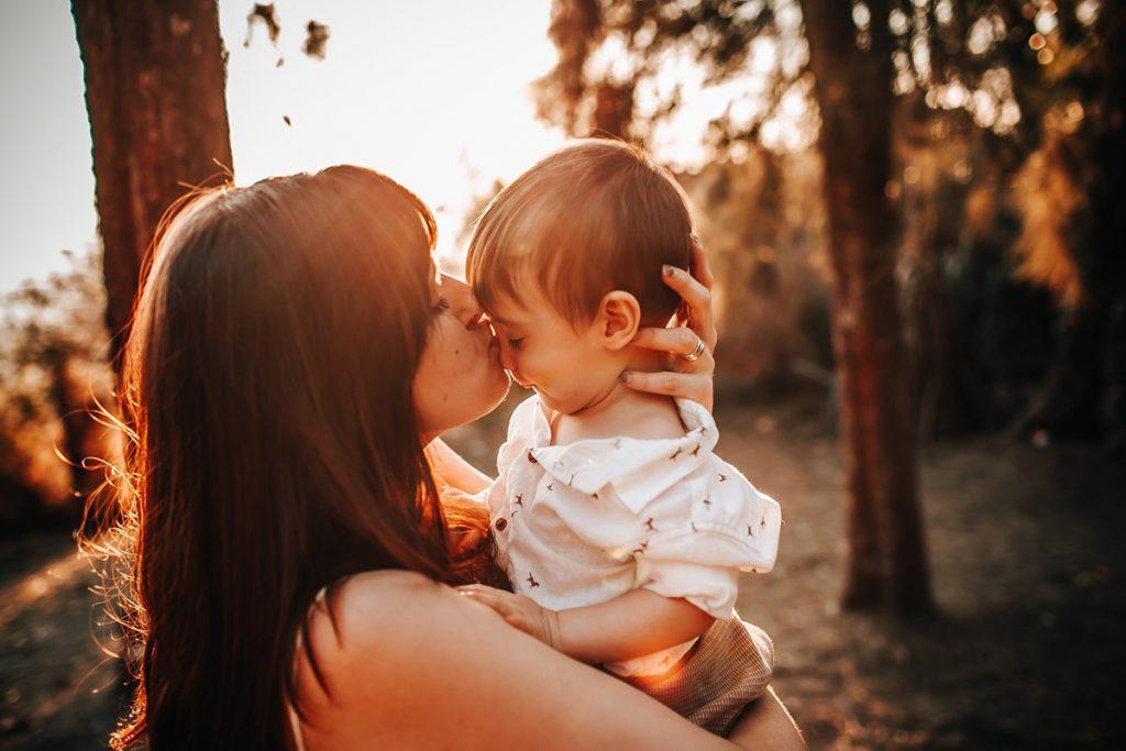 una madre le da un beso a su bebé